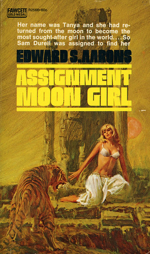 Gold Medal Books R2566 - Edward S. Aarons - Assignment: Moon Girl