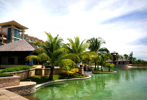 theempirehotelandcountryclubbrunei resort luxuryresort hotel brunei pool palmtrees publicdomaindedicationcc0 geotagged freephotos cco