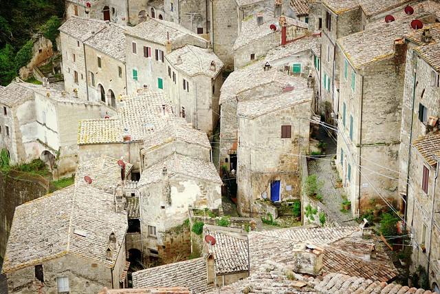 Tuscan detail ...