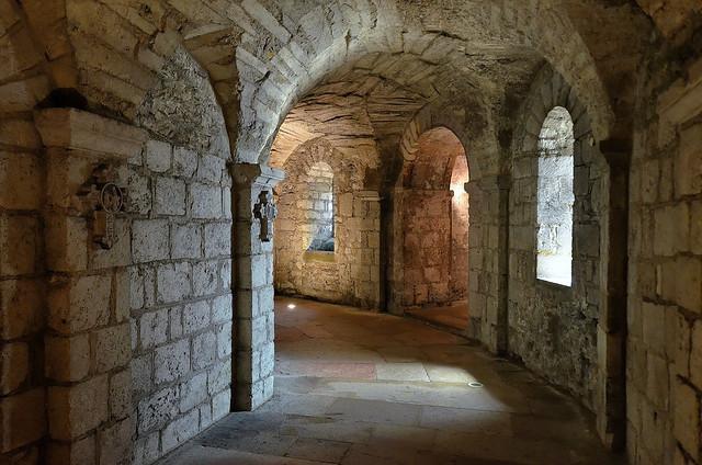 Tournus (Saône-et-Loire) - Abbaye Saint-Philibert - Eglise abbatiale - Crypte - Déambulatoire (explore 27-01-15)
