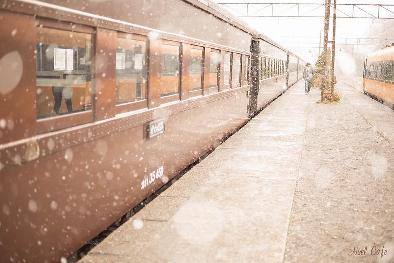 雪降るホーム - snowy platform and train by Noël Café