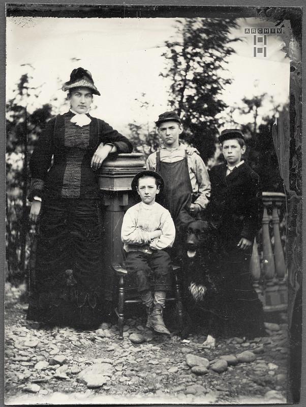 Archiv A306 Frau mit drei Jungen, Antique-Photo, USA before 1900