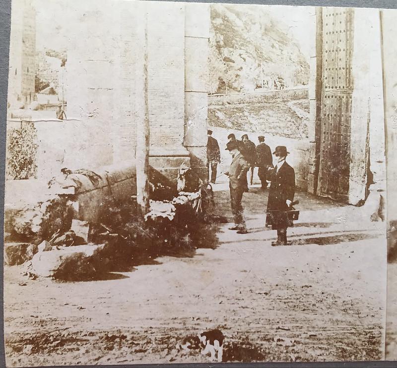 Vendedor en el Puente de Alcántara en 1906. Fotografía de Hans Leyden. Colección Luis Alba.