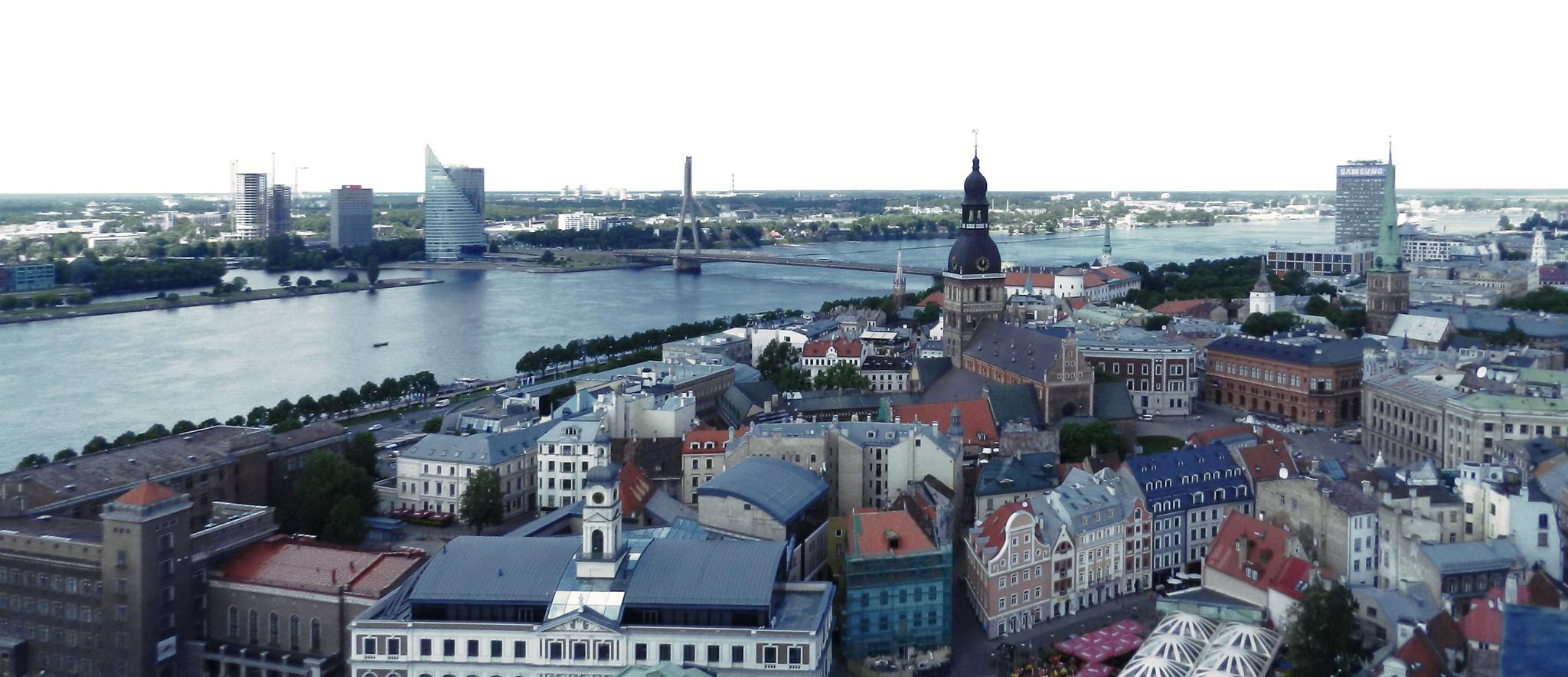 Puente Vanšu y río Daugava vistas Catedral de Santa Maria de Riga Letonia