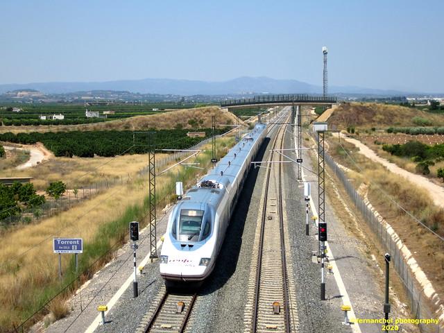 Tren AVE de Renfe, circulando por la LAV Madrid-Levante, a la altura del Km 382. TORRENT (Valencia)