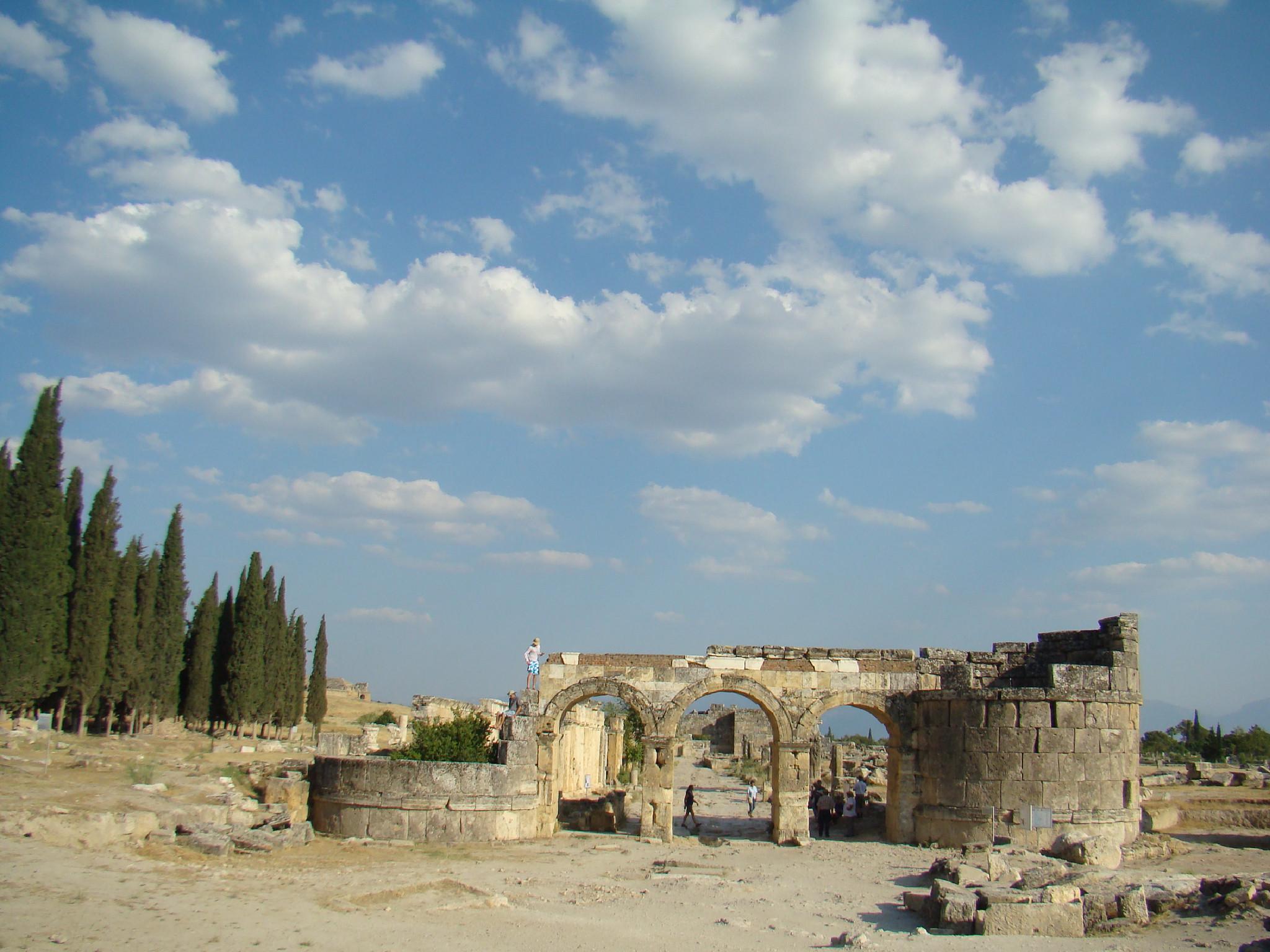 Puerta de Domiciano sur y calle principal via Plateia antigua ciudad de Hierápolis Pamukkale Turquía
