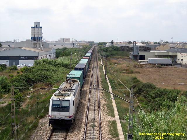Locomotora Renfe Mercancías 253 con teco (tren expreso de contenedores) a su paso por ALBAL (Valencia)
