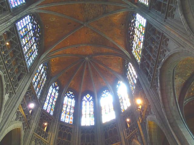 altar mayor abside Iglesia boveda nave interior colegiata Santa Waudru Mons Belgica