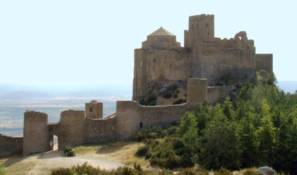 Castillo de Loarre vista puerta oriental y muralla Huesca