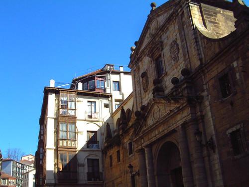 Arriba, piso 5º de la calle Cruz, 6, de Bilbao