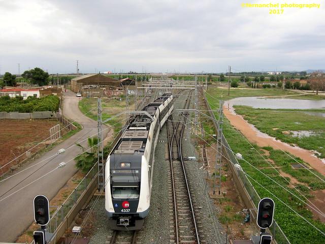 Tren de Metrovalencia (UT 4337) a su paso por TORRENT (Valencia)