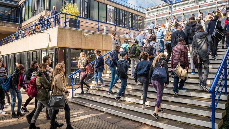校园里有很多学生在外面的楼梯上上下下地