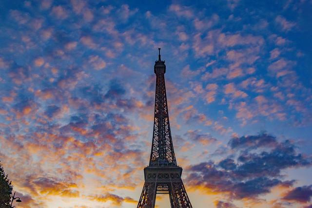 J'attends que la nuit tombe, Waiting for the night. Prise le 14 Juillet 2019. Paris . No. 816.