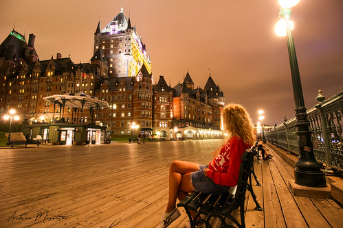 andreamoscato canada america view vista vivid people girl nuvole night notte notturno wood boardwalk walk walkway light shadow dark darkness building edificio city città cielo blonde hotel château frontenac monument old ancient downtown bench street terrace path promenade