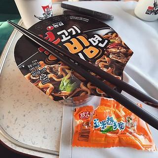 關於火車膳食,真心覺得中國段的高鐵送餐是非常好的發明!然後蒙古國段的羊肉便當也很有地道風味,接著俄羅斯段幾乎無啖好食,連續兩餐杯麵算是很好的伙食了! 【浪遊旅人】http://bit.ly/1zmJ36B #bacpackerjim #breakfast #lunch #ontheway #sleeper #compartment #bed #train #railway #station #baikal #lake #о́зеро #Байка́л #irkutsk #Ирку́тск #russia | by 浪遊旅人 BackpackerJim
