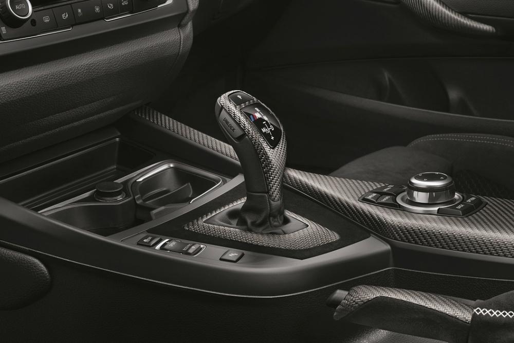 [新聞照片五] M140i Conquest Edition升級M Performance碳纖維排檔桿