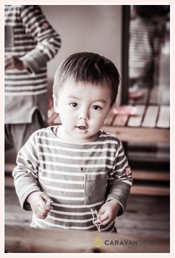 1歳の男の子 ボーダーのTシャツ モノクロ写真