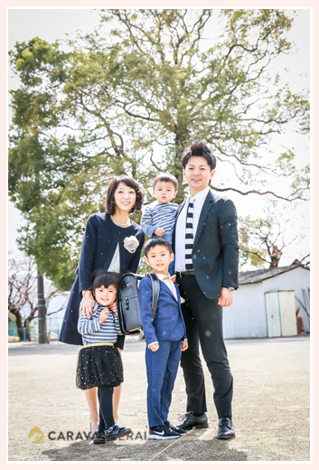 家族写真 小学校入学 スーツを着た男の子