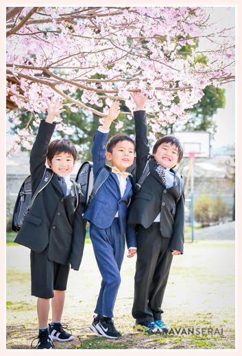 新小学1年生の男の子3人 桜の花と一緒に