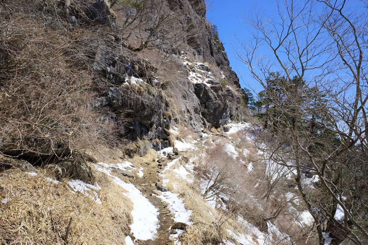 三ッ峠山 岩壁の登山道
