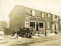 Banque canadienne nationale à l'angle du boulevard Décarie et du chemin de la Côte-Saint-Antoine. Octobre 1928. VM166-R3209-2-007. Archives de la Ville de Montréal.