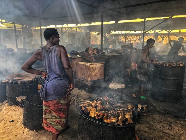 Ahumando pescado en un mercado de Cotonou