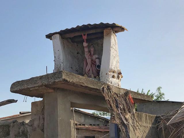 Acceso al templo vudú consagrado a Shangó en uno de los pueblos del Lago Ahemé (Benín)