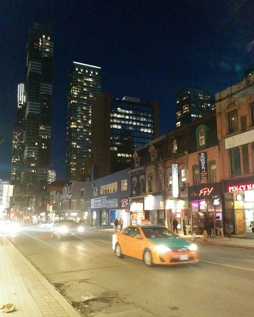 Looking south at traffic #toronto #yongestreet #yongeandwellesley #night #traffic #becktaxi #latergram