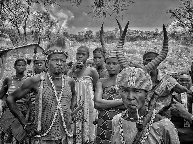 Fotografía en blanco y negro de miembros de la etnia tamberma (somba) en Togo