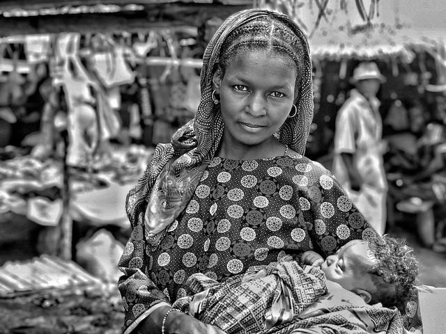 Mujer fulani con bebé (Mercado en Togo)