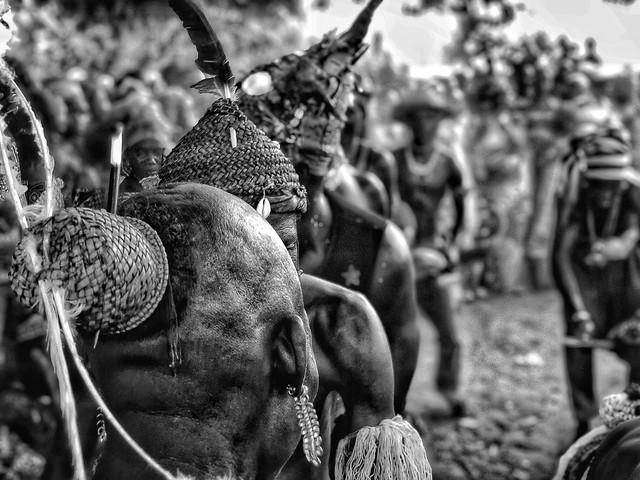 Fotografía en blanco y negro de un danza taneka
