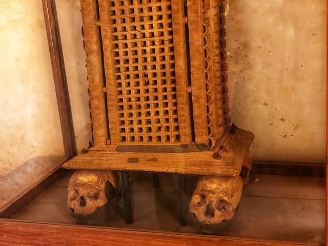 Silla con calaveras en el Palacio Real de Abomey (Benín)
