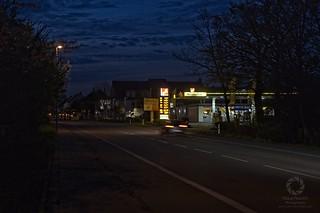 Dorftankstelle bei Nacht