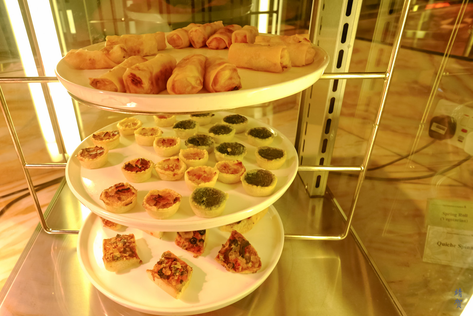 Quiches and spring rolls