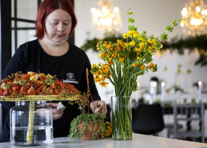 Järvenpään Kukkatalo kukkakoulu kukkaasetelma
