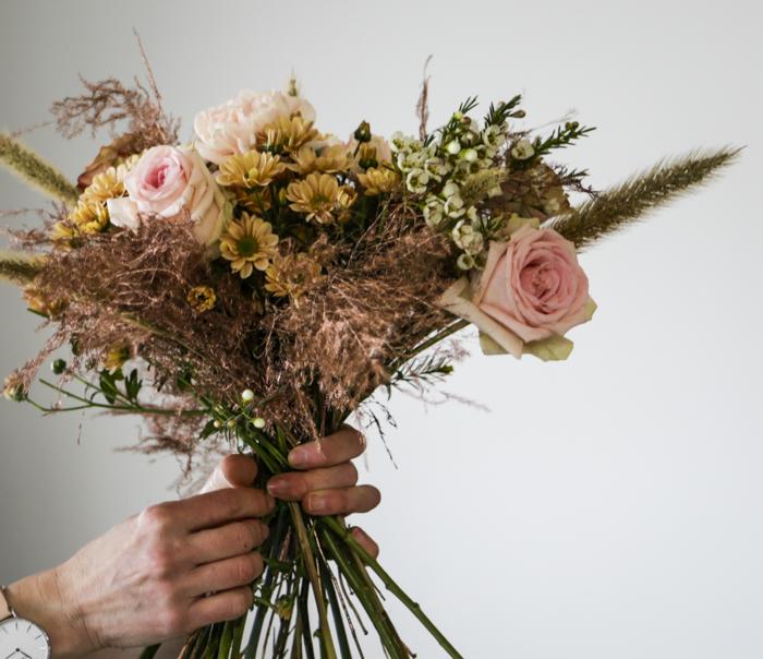 Järvenpään Kukkatalo kukkakoulu kukka-asetelma romanttinen kimppu vaaleanpunainen ruusu