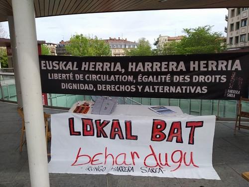 Pancarta demandando un local para Irungo Harrera Sarea