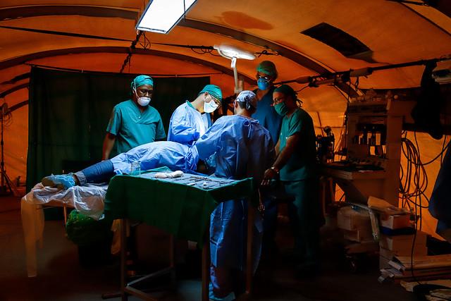 Médicos realizam cirurgia