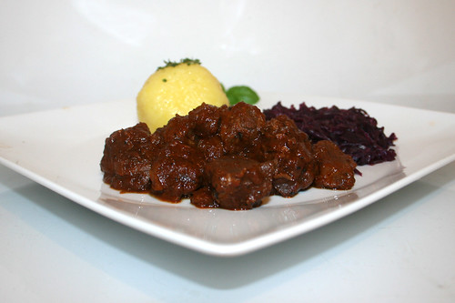 48 - Tender beef goulash with red cabbage & dumplings - Side view / Saftig-zartes Rindergulasch mit Rotkohl & Klößen - Seitenansicht