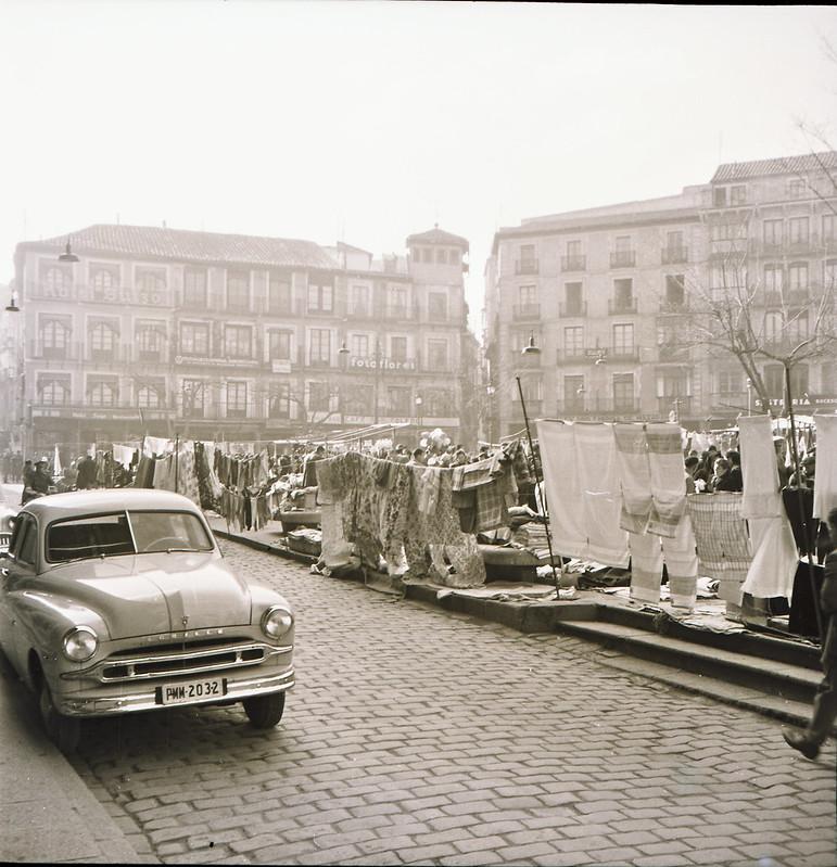 Mercadillo del Martes en la Plaza de Zocodover en los años 50. Fotografía de Victoriano de Tena Sardón