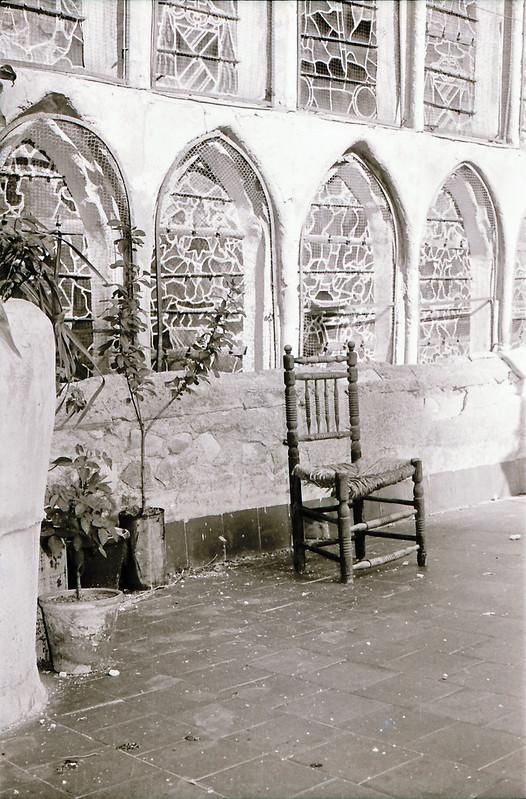 Vidrieras y silla. Vista tomada desde las zonas superiores de la catedral en los años 60. Fotografía de Victoriano de Tena Sardón
