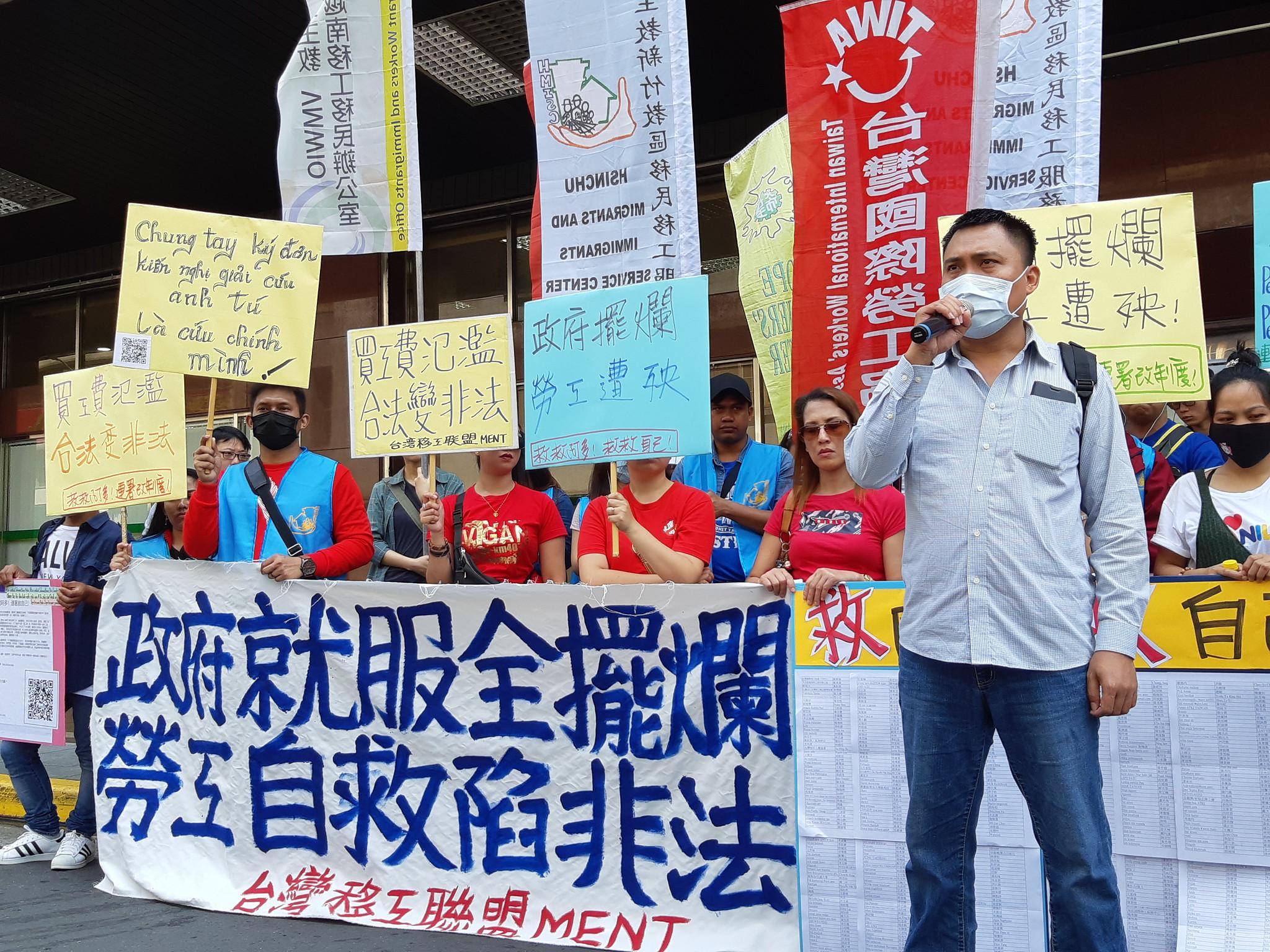 印尼籍移工阿多和移工團體到勞動部陳情,希望恢復他的合法身分。(攝影:張智琦)