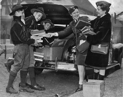 Boy Scouts recogiendo libros en Detroit. 1943