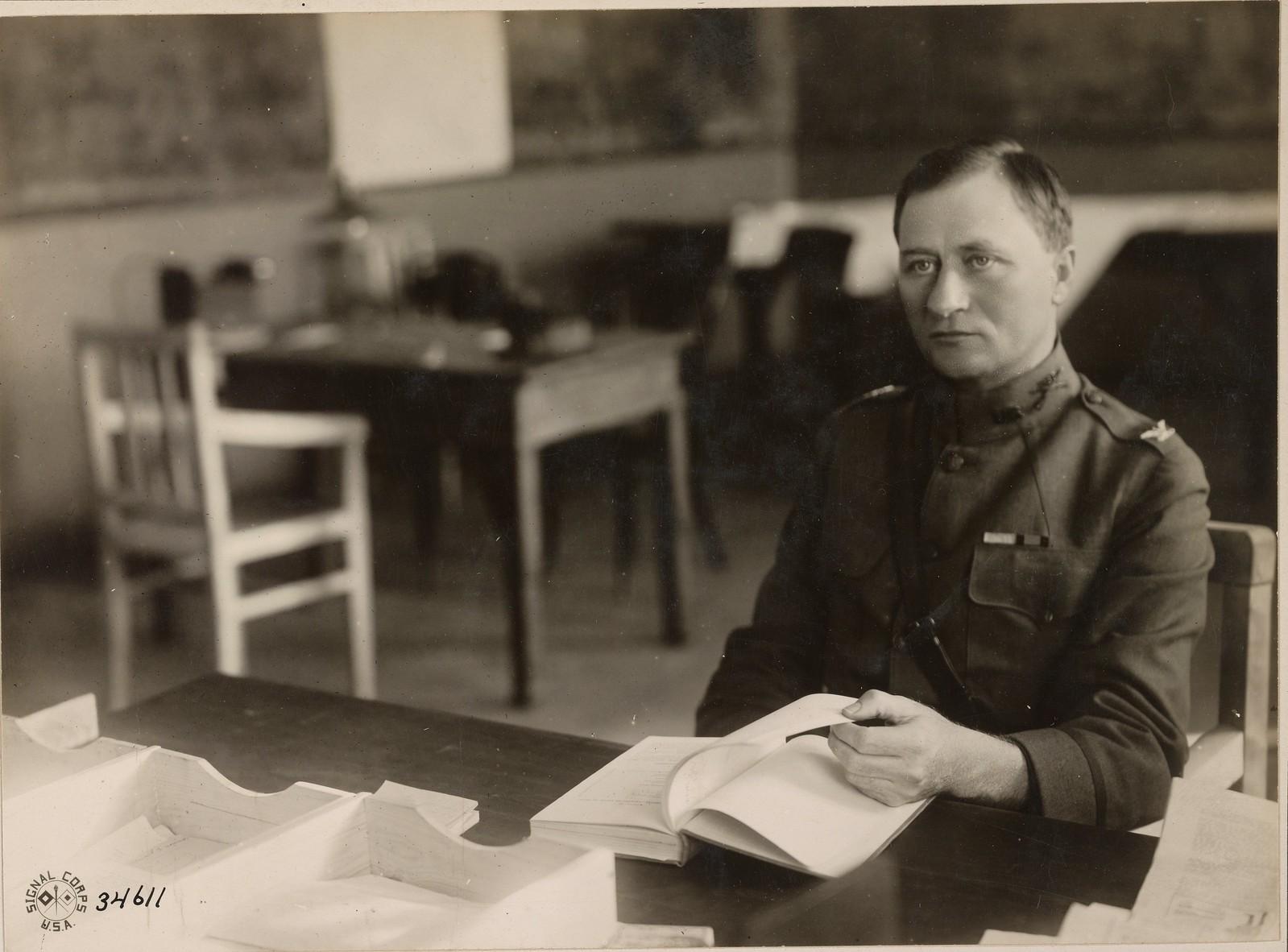 Архангельск. Полковник Джордж Э. Стюарт, командующий армией американских экспедиционных войск на севере России , в своем кабинете в штабе пол