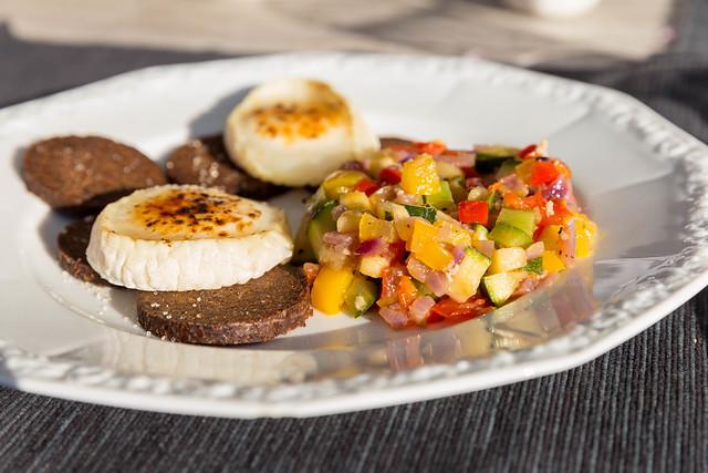 Gesundes Fitness-Essen bestehend aus Ratatouille, Pumpernickel-Vollkornbrot und flambierten Käsescheiben