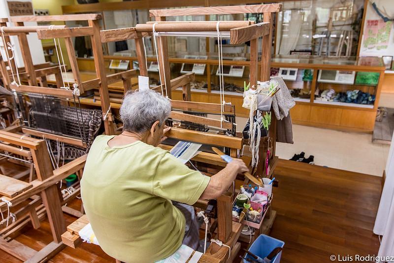 Tejiendo siguiendo los métodos tradicionales en la isla de Taketomi