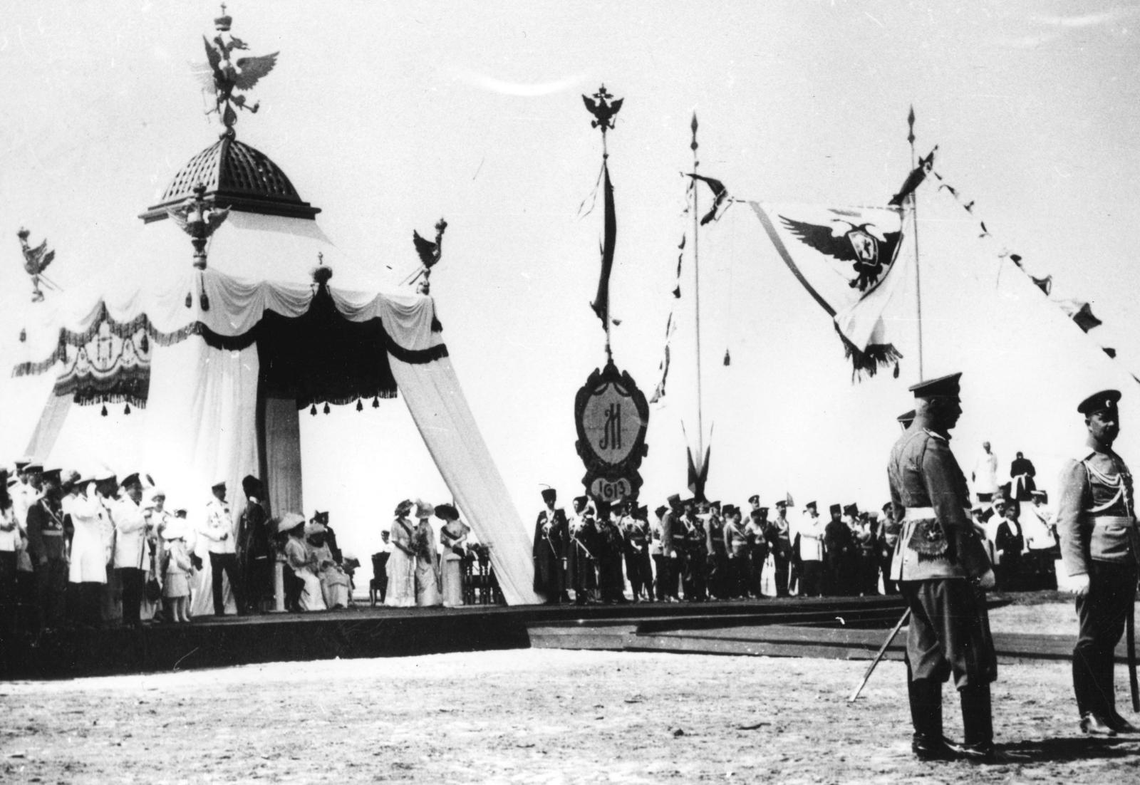 Царское место при церемонии закладки памятника в честь 300-летия дома Романовых