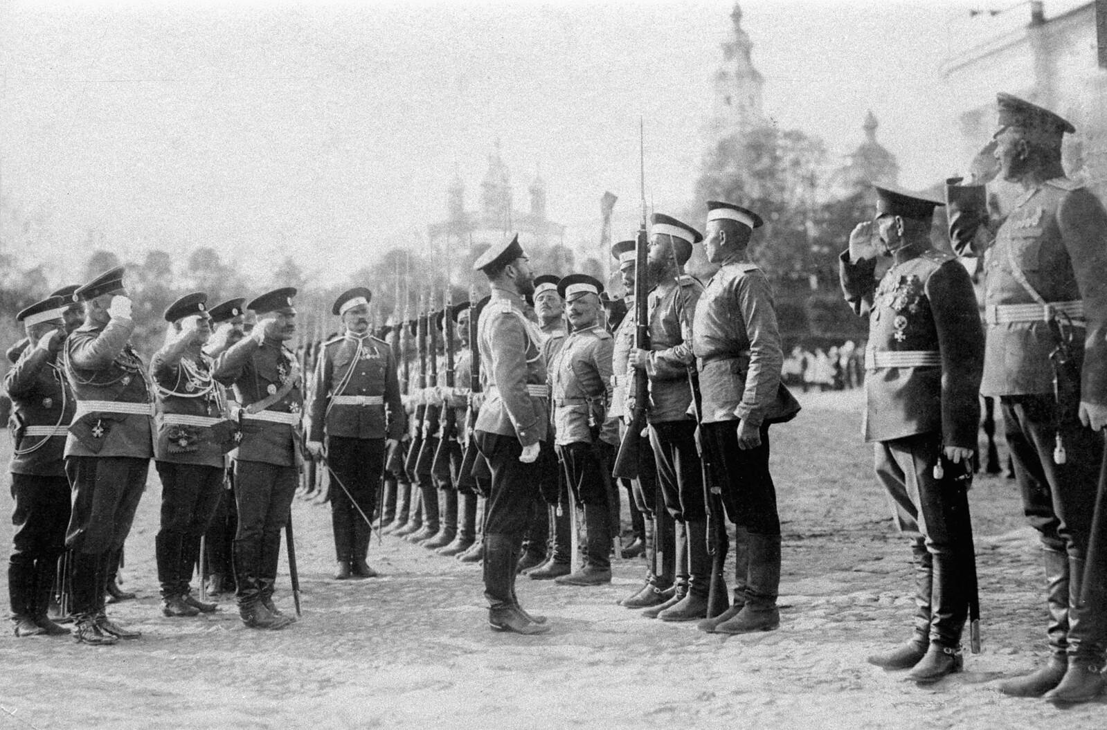 Его Императорское Величество обходит почетный караул от лейб-гвардейского Эриванского полка