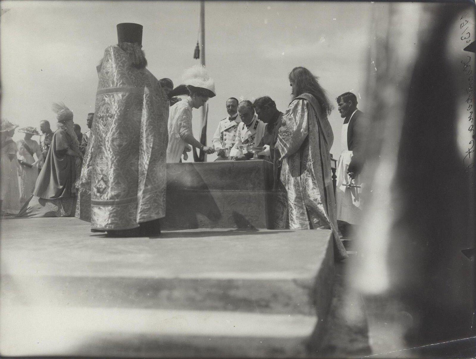 Императрица Александра Фёдоровна во время закладки памятника в честь 300-летия дома Романовых