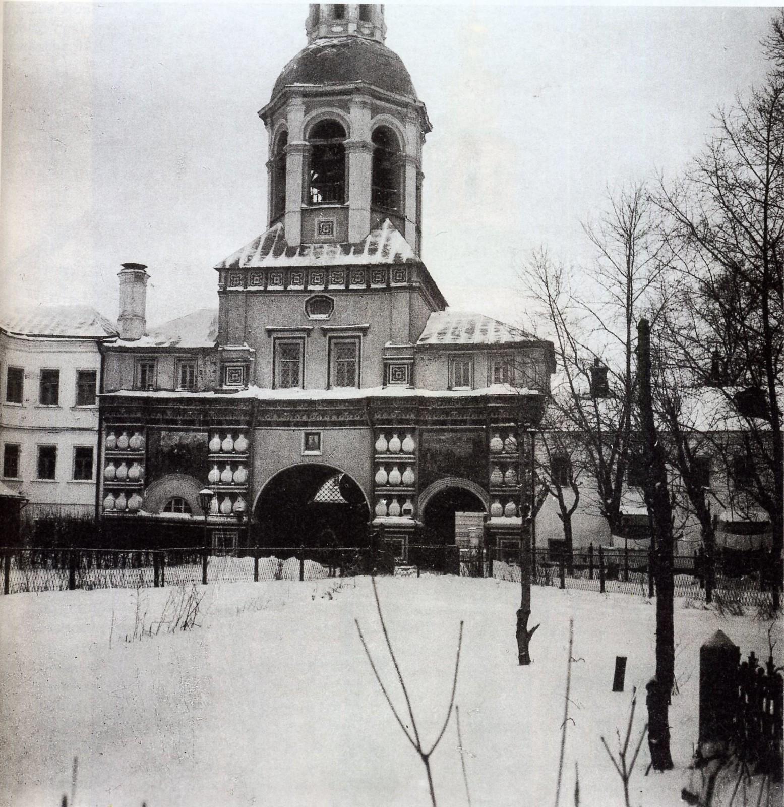 Двор Данилова монастыря. Надвратная церковь-колокольня